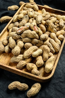 Erdnüsse in einer schale. bio rohe erdnuss. draufsicht.