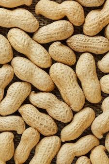 Erdnüsse in ihrem oberteil maserten lebensmittelhintergrund.