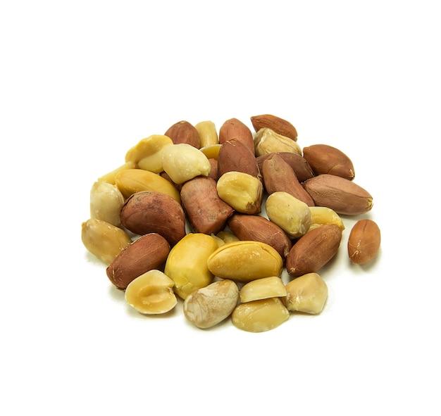 Erdnüsse isoliert auf einem weißen und beschneidungsweg