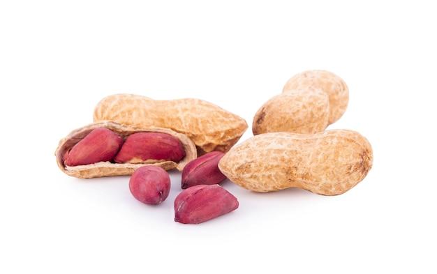 Erdnüsse isoliert auf weiß