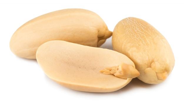 Erdnüsse lokalisiert auf dem weißen hintergrund. nahansicht