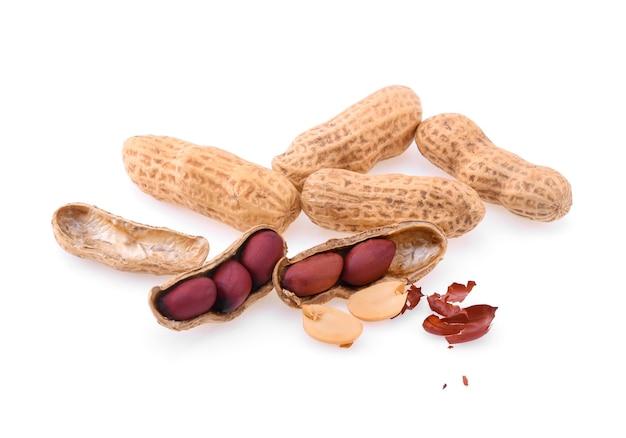 Erdnüsse lokalisiert auf weißem hintergrund