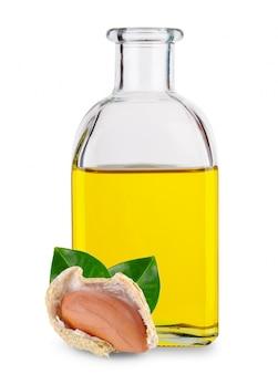 Erdnüsse mit blättern und erdnussbutter in glasflasche