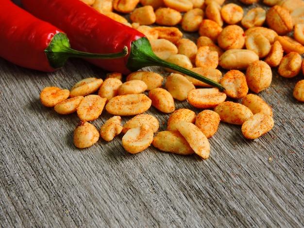 Erdnüsse mit paprika und gewürzen.