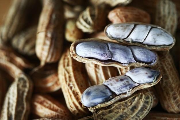 Erdnuss auf holztisch