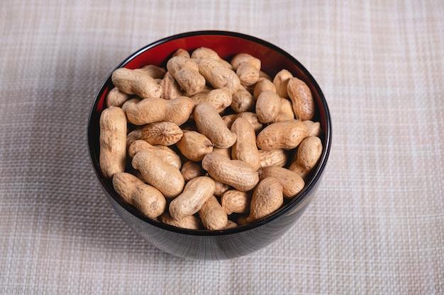 Erdnuss in eine schüssel geben