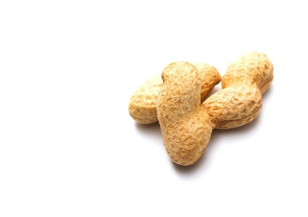 Erdnuss in einem oberteil lokalisiert. getrocknete erdnüsse in der nahaufnahme.