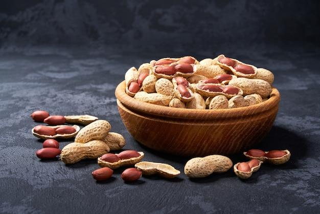 Erdnuss in holzschale