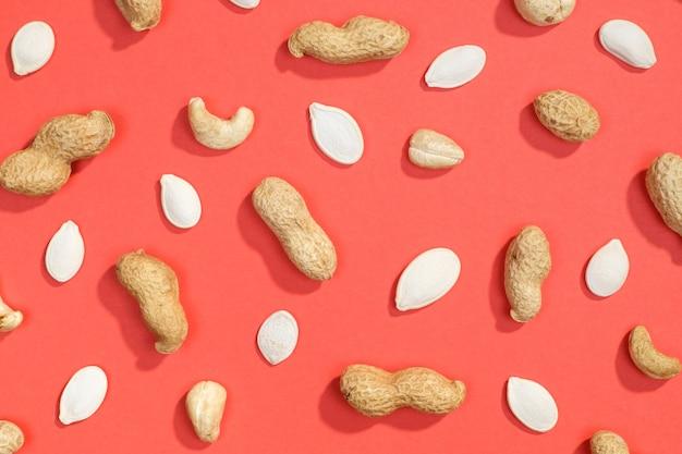 Erdnuss, kürbiskerne und cashewnüsse liegen flach