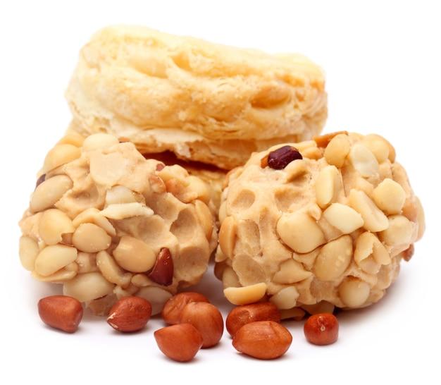 Erdnuss-leckerei mit frischen keksen auf weißem hintergrund