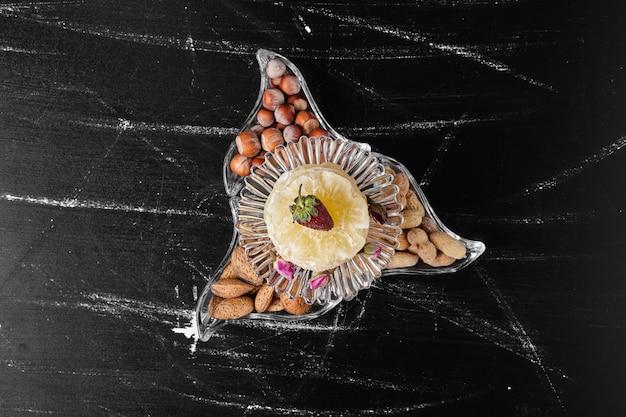 Erdnuss- und nussschalen in einer glasschale.