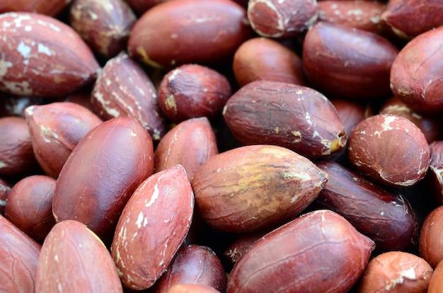 Erdnuss. viele kleine gelbe nüsse mit brauner schale. hintergrundbeschaffenheit