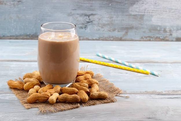 Erdnussbutter-bananen-hafer-smoothie