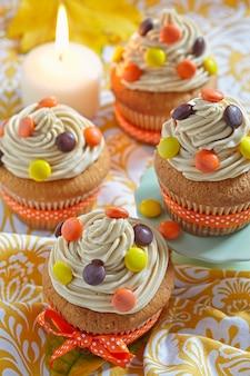 Erdnussbutter cupcakes dekoriert für herbst herbstferien