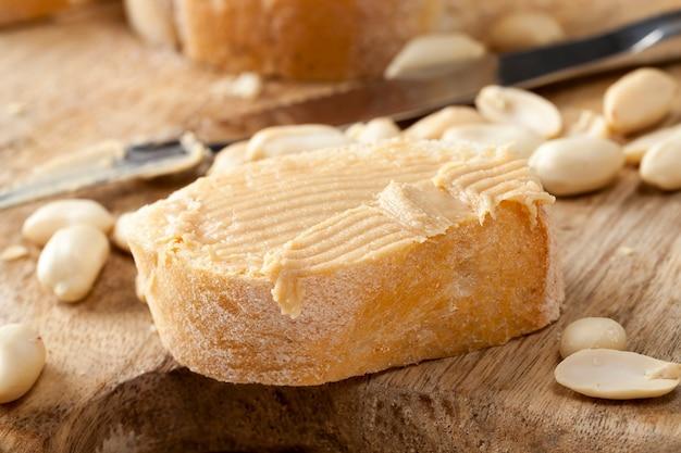 Erdnussbutter, die zur herstellung von brotsandwiches verwendet wird, nudeln aus echten gerösteten erdnüssen und andere zutaten als erdnüsse werden in der paste verwendet