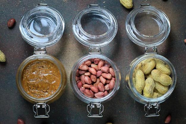 Erdnussbutter im glas und erdnüsse in gläser