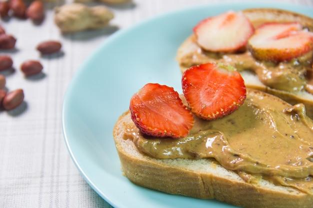 Erdnussbutter- und erdbeersandwiches. sandwich mit erdnussbutter und erdbeergelee