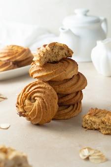 Erdnussbutterkekse wirbeln in form. hausgemachte gesunde protein-snack-häppchen, gesundes dessert