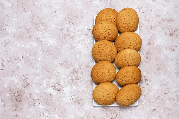 Erdnussbutterplätzchen der amerikanischen art auf hellem konkretem hintergrund.