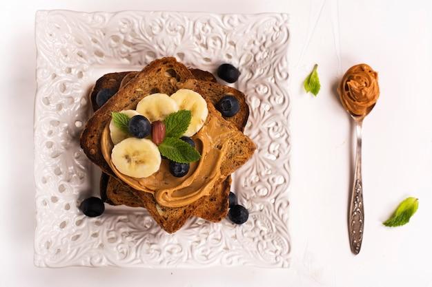 Erdnussbuttersandwiche auf weißem küchentisch