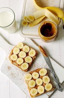 Erdnussbuttersandwiche mit banane