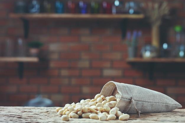Erdnusssamen auf einem hölzernen hintergrund in der küche