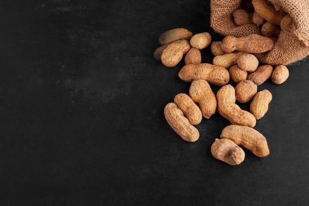 Erdnussschalen aus einem rustikalen paket, draufsicht.