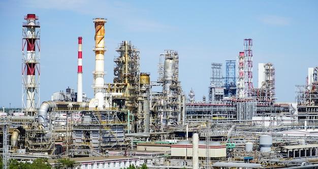 Erdölraffinerie in russland. geräte und komplexe für die kohlenwasserstoffverarbeitung