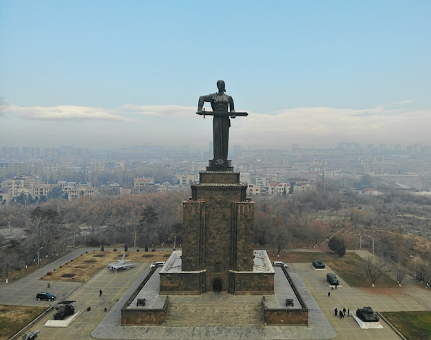 Erevan - die hauptstadt des kaukasus armenien. luftaufnahme von oben mit der drohne. die mutter von armenien großes denkmal.