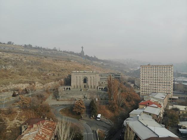 Erevan - die hauptstadt des kaukasus armenien. luftaufnahme von oben mit der drohne. historisches museum und mutter armenien denkmal