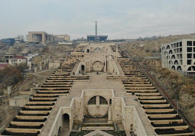 Erevan - die hauptstadt des kaukasus armenien. luftaufnahme von oben mit der drohne. kaskadentreppenmonument und kunstmuseum