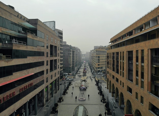 Erevan - die hauptstadt des kaukasus armenien. luftaufnahme von oben mit der drohne. stadtzentrum und hauptboulevard