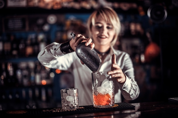 Erfahrene barkeeperin demonstriert sein können über den ladentisch