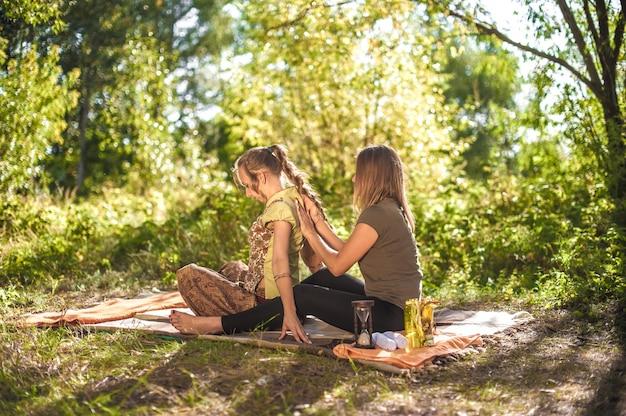 Erfahrene masseurinnen führen bei tageslicht eine entspannende massage durch Premium Fotos