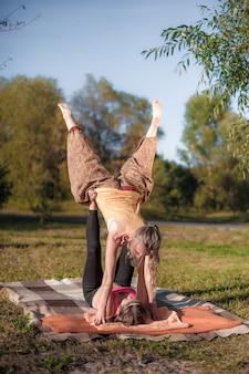 Erfahrene masseurinnen führen eine entspannende massage im wald durch.