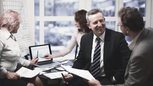 Erfahrene mitarbeiter diskutieren probleme im büro. das konzept der teamarbeit