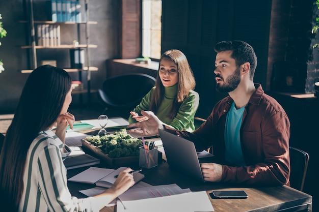 Erfahrene qualifizierte geschäftsleute firmeninhaber, die über das wachstum der entwicklung von finanzeinkommenszinsen sprechen