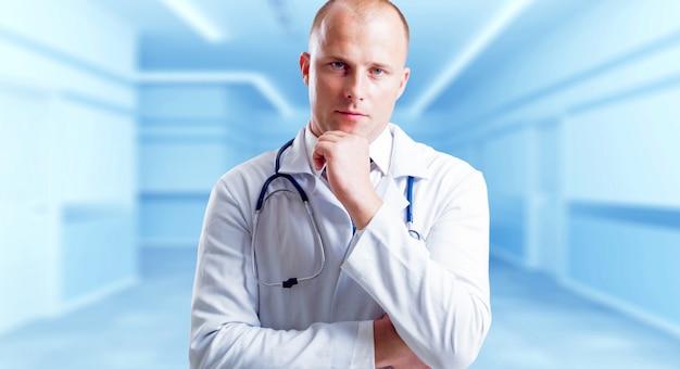 Erfahrener arzt im krankenhaus.