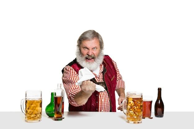 Erfahrener barkeeper mit bier im studio