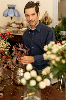 Erfahrener florist, umgeben von blumen
