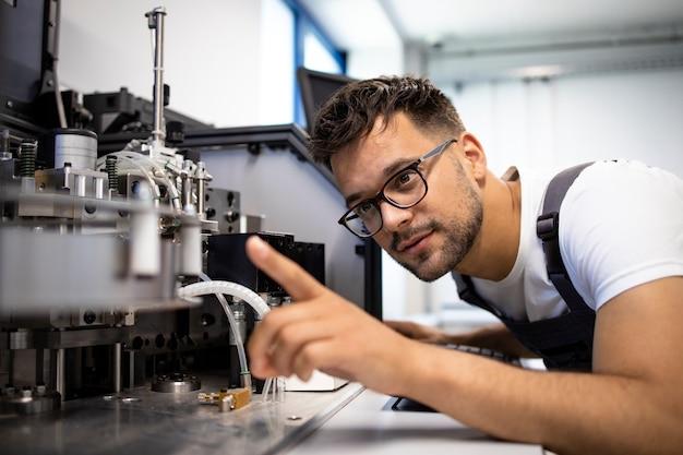 Erfahrener ingenieur, der an einer neuen automatisierten robotermaschine arbeitet