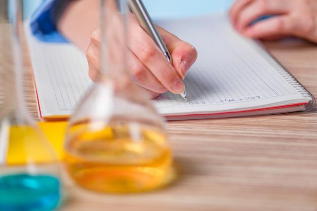 Erfahrener laborant, der an chemischen lösungen arbeitet