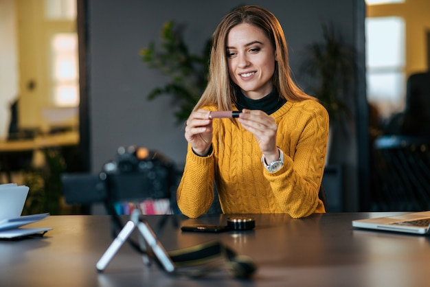Erfahrungen teilen. junge frau, die ein video für ihr blog auf kosmetik macht.