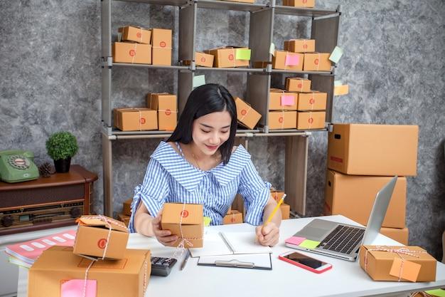 Erfolg des jungen unternehmers beim handeln des geschäfts. versand online-verkäufe.