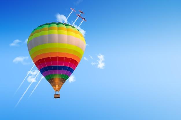 Erfolg im geschäft. aufwärtsbewegung. postzustelldienst auf dem luftweg überall auf der welt. fahrt mit dem heißluftballon. romantische reise. erkundung der welt. flugzeuge im hintergrund