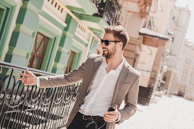 Erfolg ist, wie hoch du springst, wenn du einen lächelnden braunhaarigen mann mit sonnenbrille auf den boden triffst