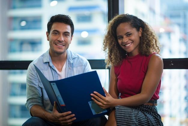 Erfolg und gewinnendes konzept - glückliches geschäftsteam, das sieg im büro feiert