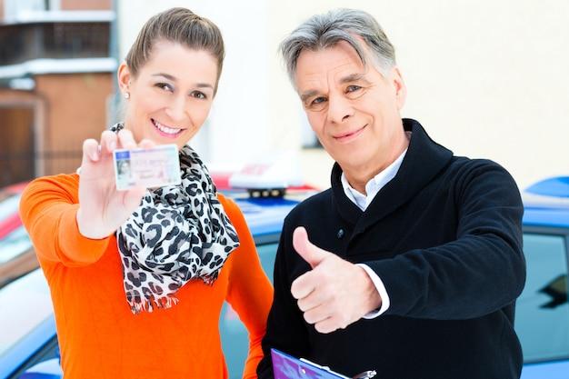 Erfolgreich - fahrschüler mit fahrlehrer