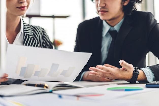 Erfolgreich von zwei zufälligen geschäftsarbeiten, die strategie mit dokumenten besprechend arbeiten kreative planende geschäftsleute und geistesblitz im modernen büro teamwork-konzept