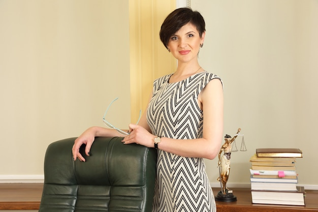 Erfolgreiche anwältin der geschäftsfrau bei der arbeit im büro